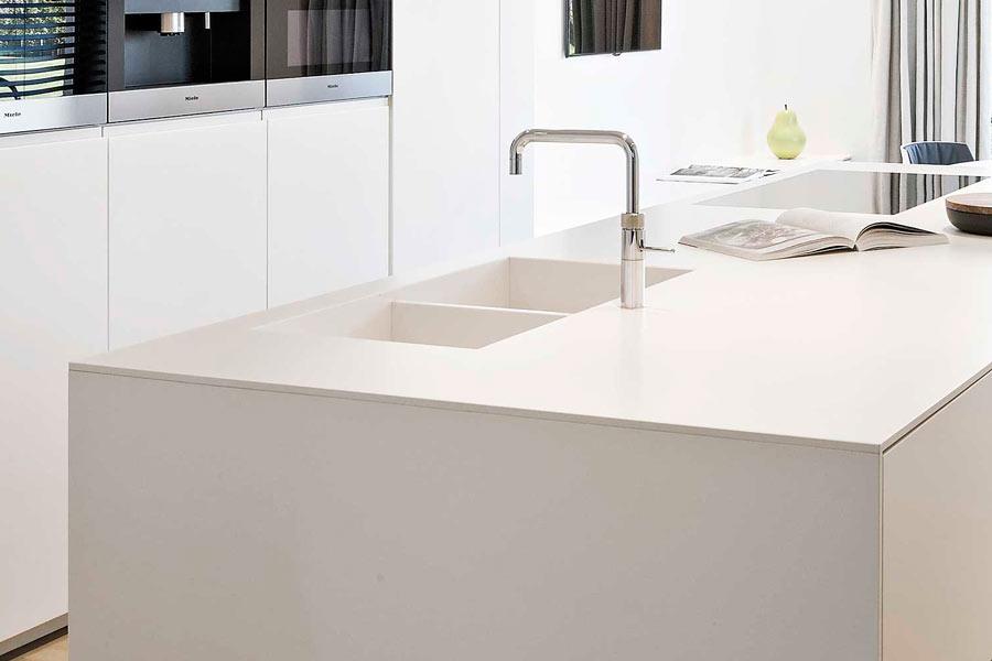 Encimera de cocina blanca con Silestone