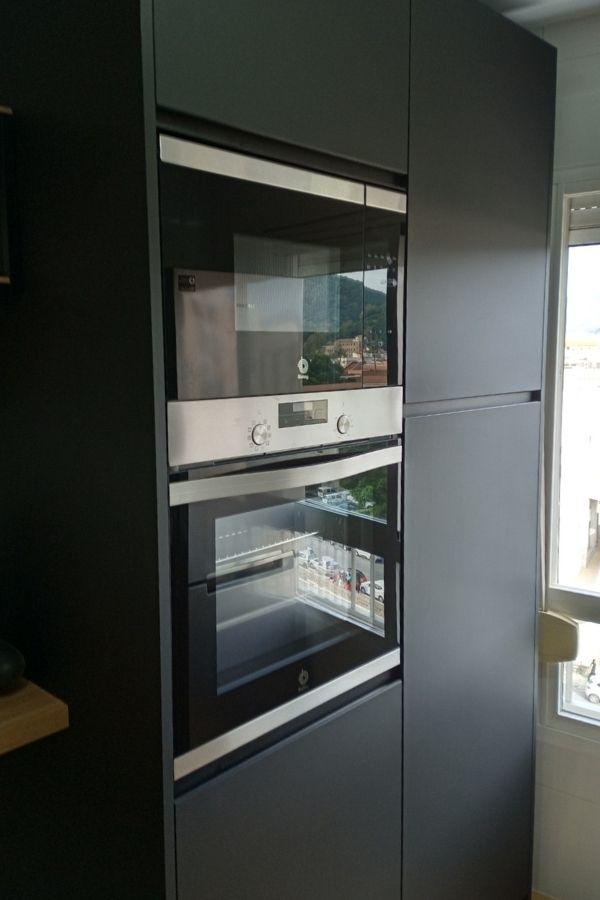Microondas y horno empotrado en los muebles de cocina