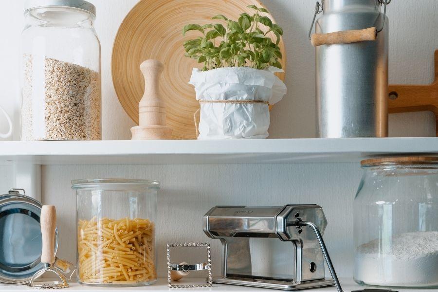 Puedes utilizar botes de vidrio para almacenar alimentos