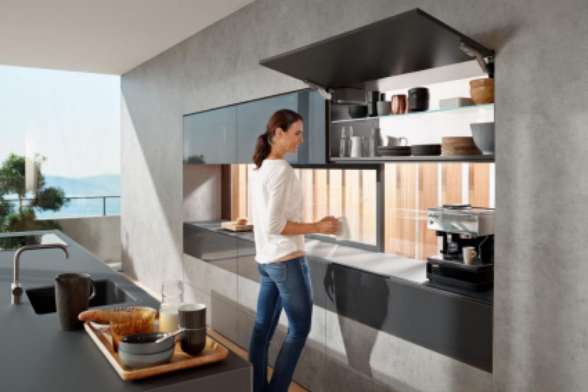 Facilidad de una cocina con aperturas elevables para sus muebles